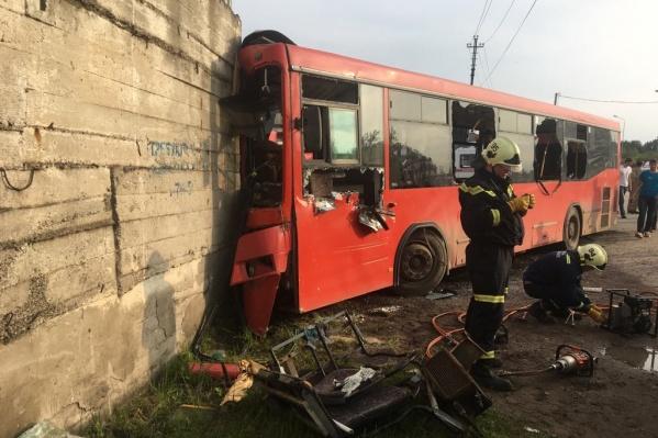 Автобус ударился в угол бетонного строения, что привело к тяжелейшим последствиям
