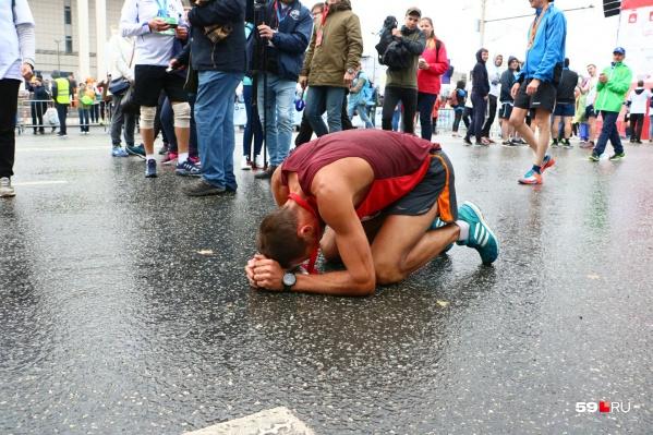 Когда финишировал первым в дистанции 42 км