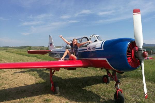 Девушка впервые села за штурвал самолета и взмыла в небо на высоту 800 метров