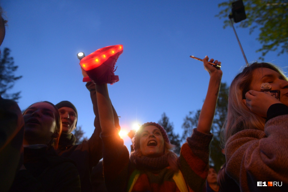 Без лозунгов не обошлось: екатеринбуржцы зажгли свет в сквере у Драмы, чтобы его не застроили