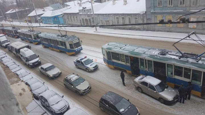 На трамвайной остановке в Уфе легковушка сбила двух пешеходов