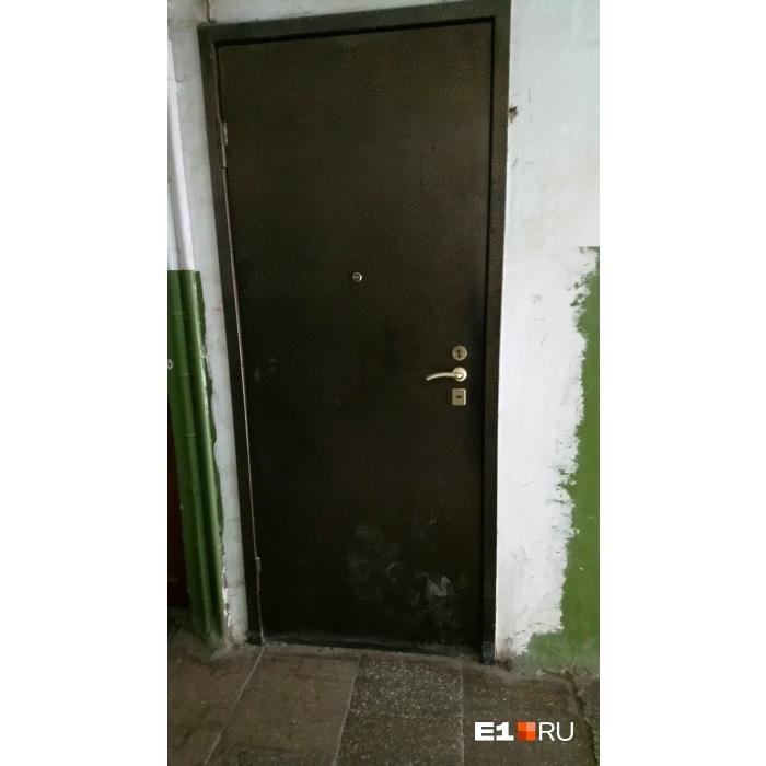 Похоже, недавно в эту дверь кто-то пинал