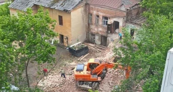 На Хохрякова начали сносить стену старинного дома ради строительства элитной высотки