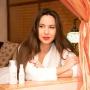 Подиум, тренажеры и бассейн: ростовская блогерша провела тест-драйв косметических средств