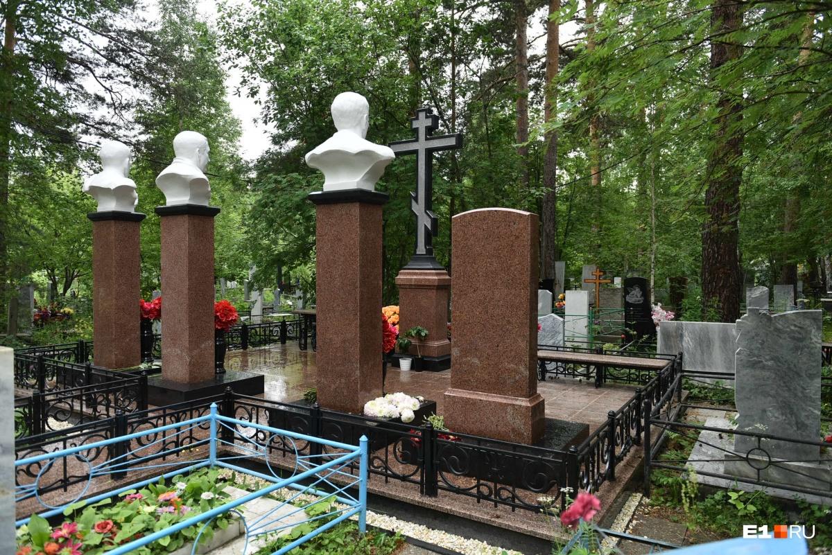Бюсты по-прежнему расположены спиной к дороге. Появился православный крест