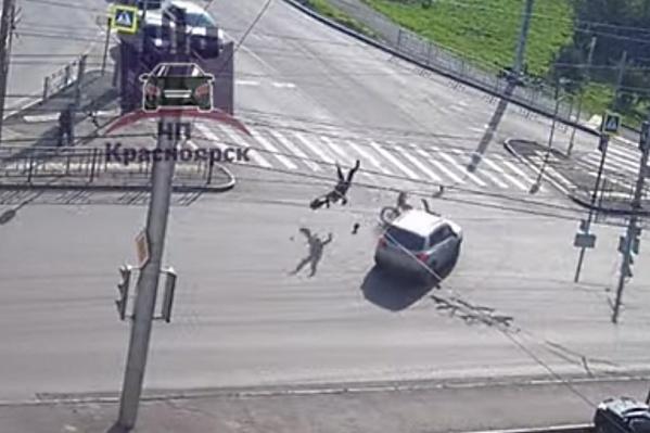 В момент аварии мотоциклиста подбросило в воздухе и он приземлился на спину
