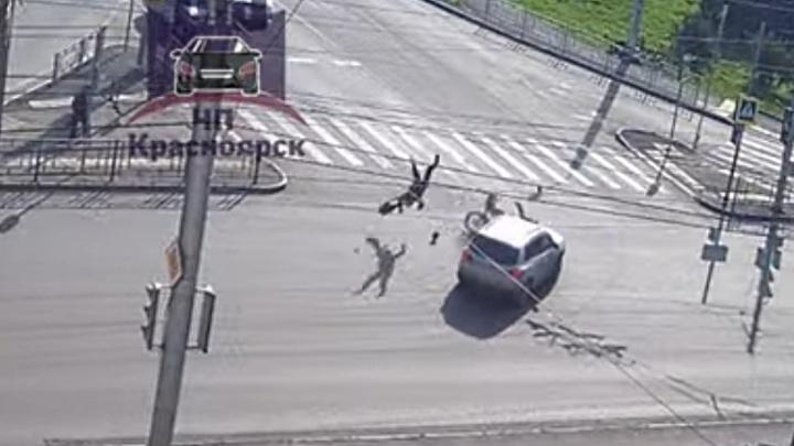 Двойное сальто: поворачивающий «Тигуан» на пустой дороге сбил мотоциклиста
