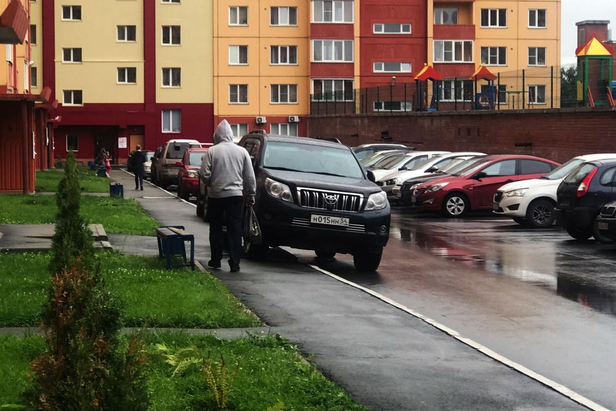 «Я паркуюсь как чудак»: Prado ННН — прочь с дороги, неудачники