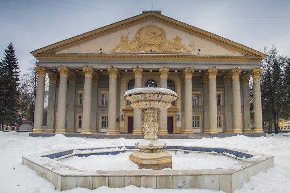 К Дворцу культуры пристроили кирпичную стену — прокуратура заставила её снести