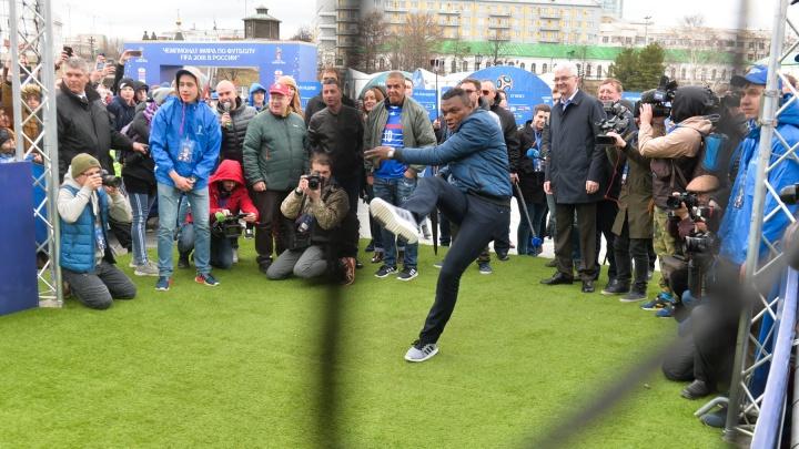 На открытии Парка футбола в Екатеринбурге звёзды из Франции пытались забить гол «роботу-вратарю»