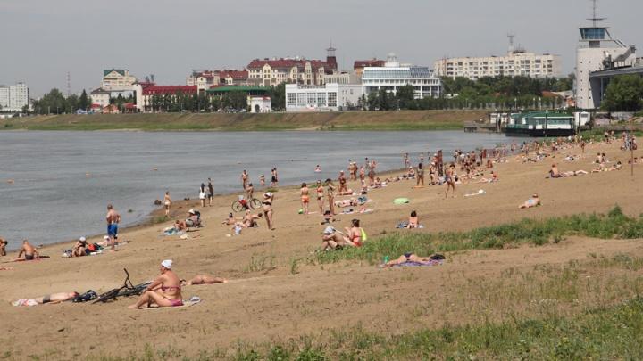 В Омске открыли 4 городских пляжа с кабинками для переодевания
