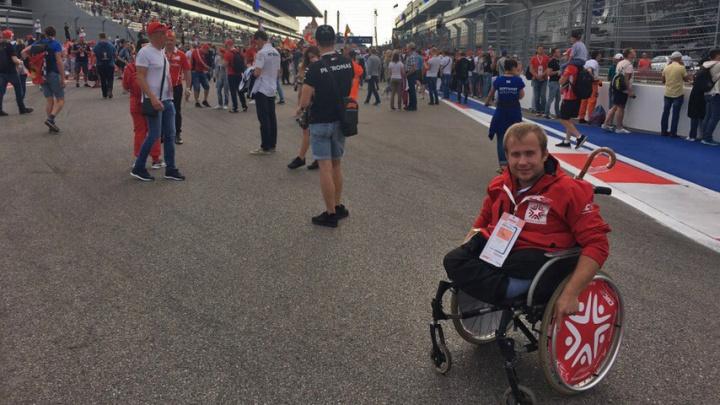Новосибирец без ног мечтал увидеть «Формулу-1» — для него собрали 100 тысяч