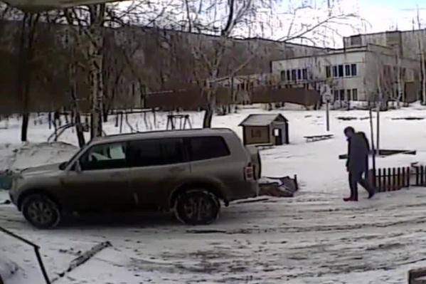 Девушка на Mitsubishi Pajero поехала парковаться, но по пути стукнула машину и снесла забор детской площадки