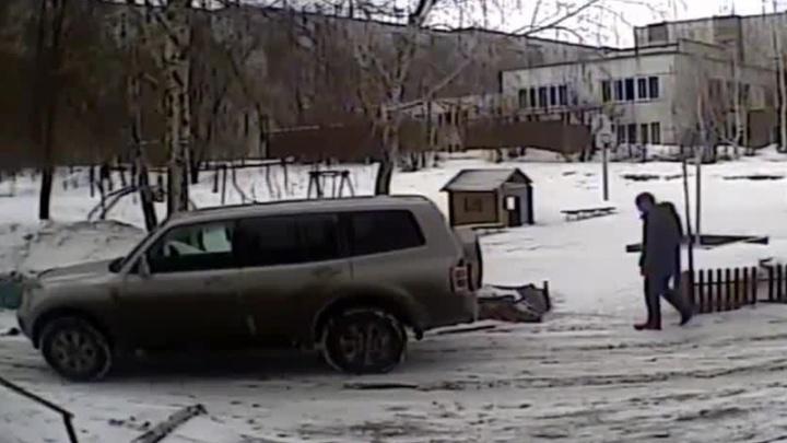 Видео: девушка на внедорожнике снесла забор во дворе многоэтажки