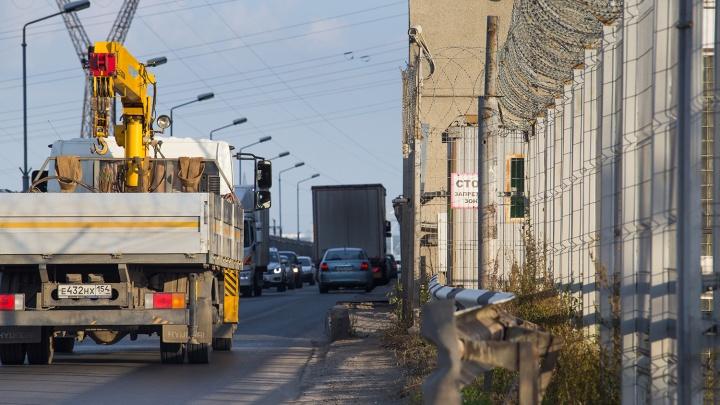 Большим грузовикам закрыли проезд по дамбе Новосибирской ГЭС