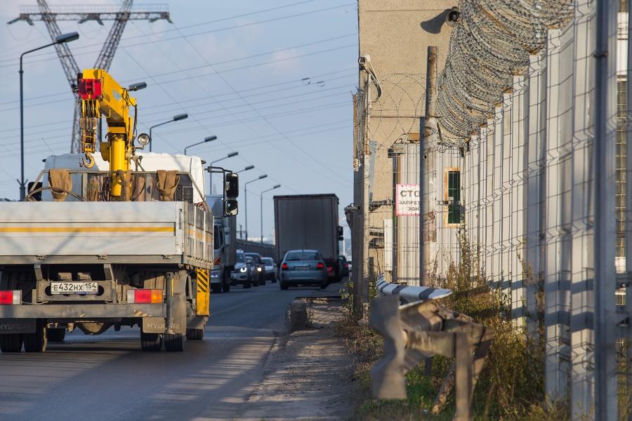 Тяжелым машинам запретили проезд подамбе ГЭС