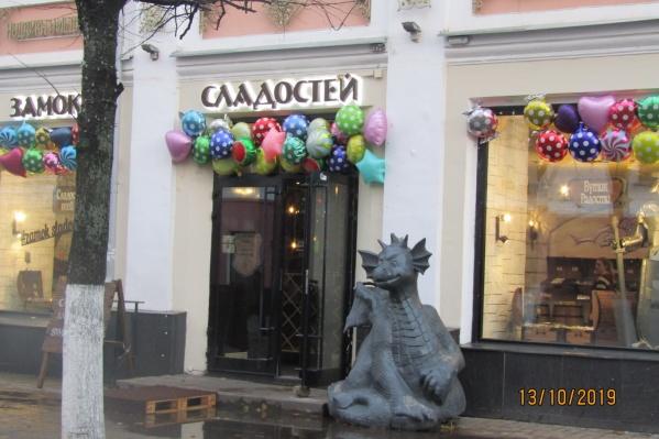 Мнения ярославцев по поводу скульптуры дракона на центральной улице разделились