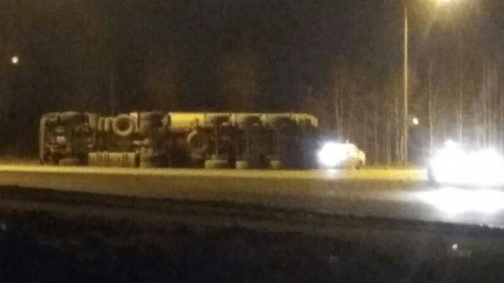 В Первоуральске грузовик, входя в поворот, завалился на бок и растерял груз
