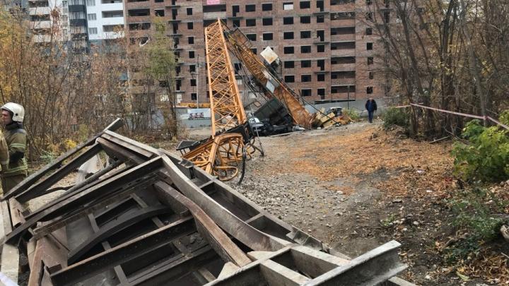 В Самаре на строительной площадке упал башенный кран