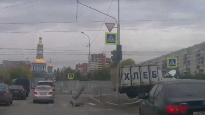 В Уфе «Газель» без тормозов протаранила столб: момент ДТП попал на видео