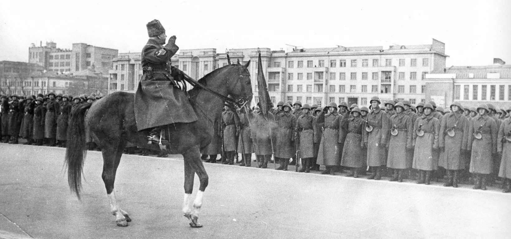 Маршал СССР Климент Ворошилов принимает парад