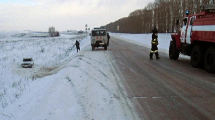 Лобовое на заснеженной дороге: в Башкирии столкнулись две легковушки