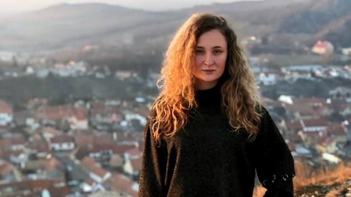 Девушке из Чехии разбили голову бутылкой на ночной улице возле бара