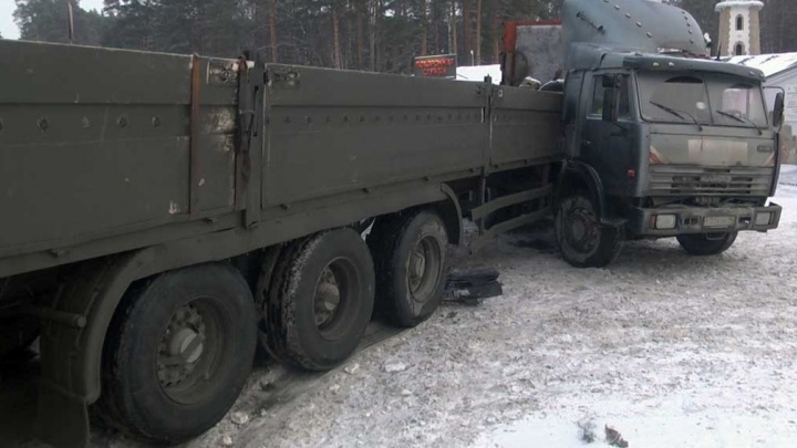 Момент столкновения КамАЗа и легковушки у Широкореченского кладбища попал на видео