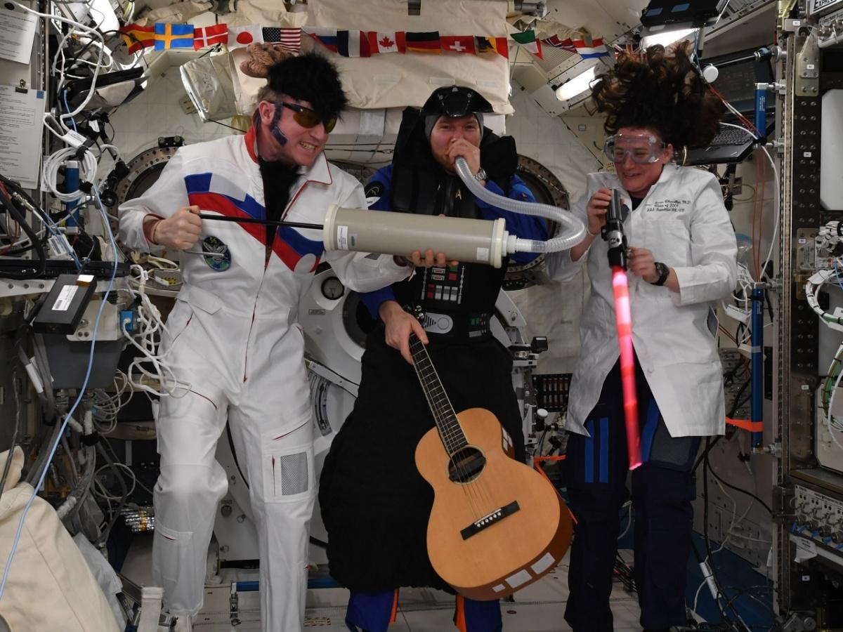 Экипаж собирается и на праздники. На этот Хеллоуин Александр Герст (в центре), Сергей Прокопьев (слева) и Серина Ауньон-Чанселлор (справа) устроили костюмированную фотосессию