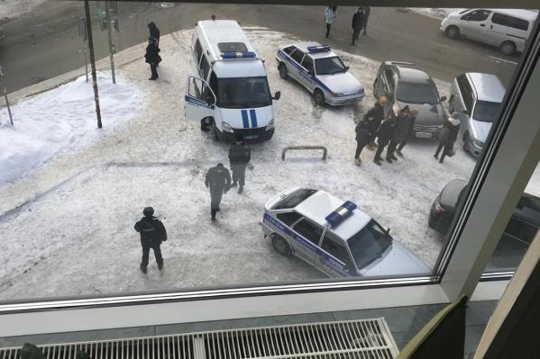 Полиция возле бизнес-центра «Аврора»