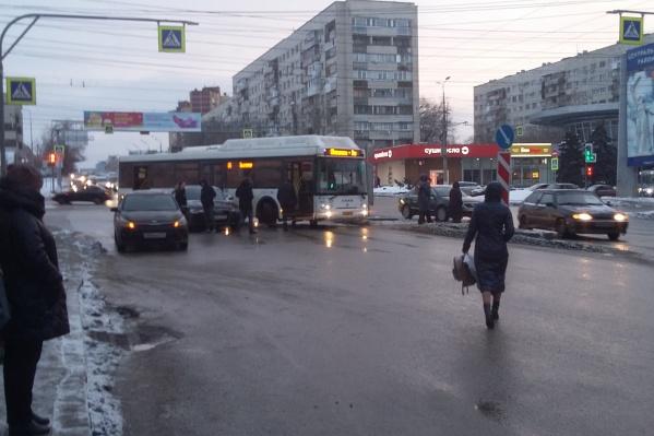 Сначала столкнулись легковушки, потом к ним присоединился автобус