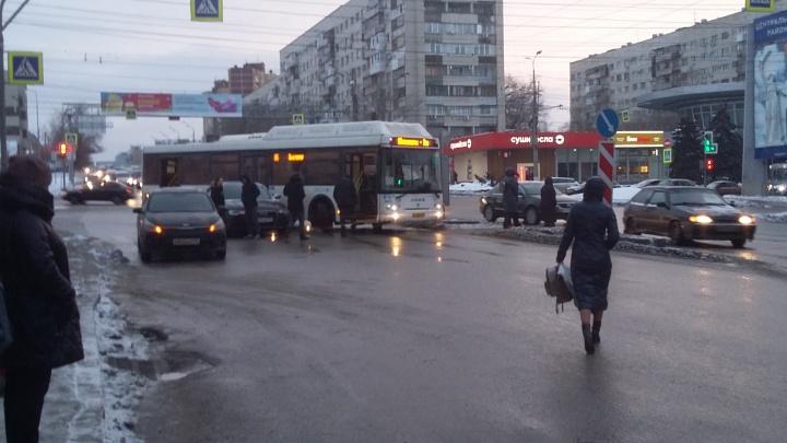 В Волгограде ДТП с автобусом парализовало движение на оживленном перекрестке