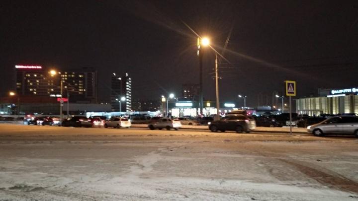 Красноярцы ночью осадили McDonald's. Проезжавший мимо впал от этого в истерику и снял горячее видео