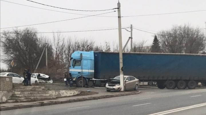 Решил проскочить перед фурой: в Волгограде лихач на легковушке устроил ДТП с четырьмя машинами