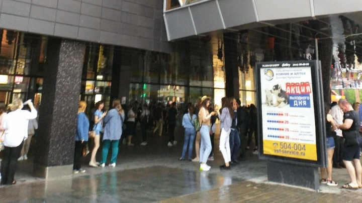 В Волгограде экстренно эвакуировали аэропорт, два вокзала и пять торговых центров: онлайн-трансляция