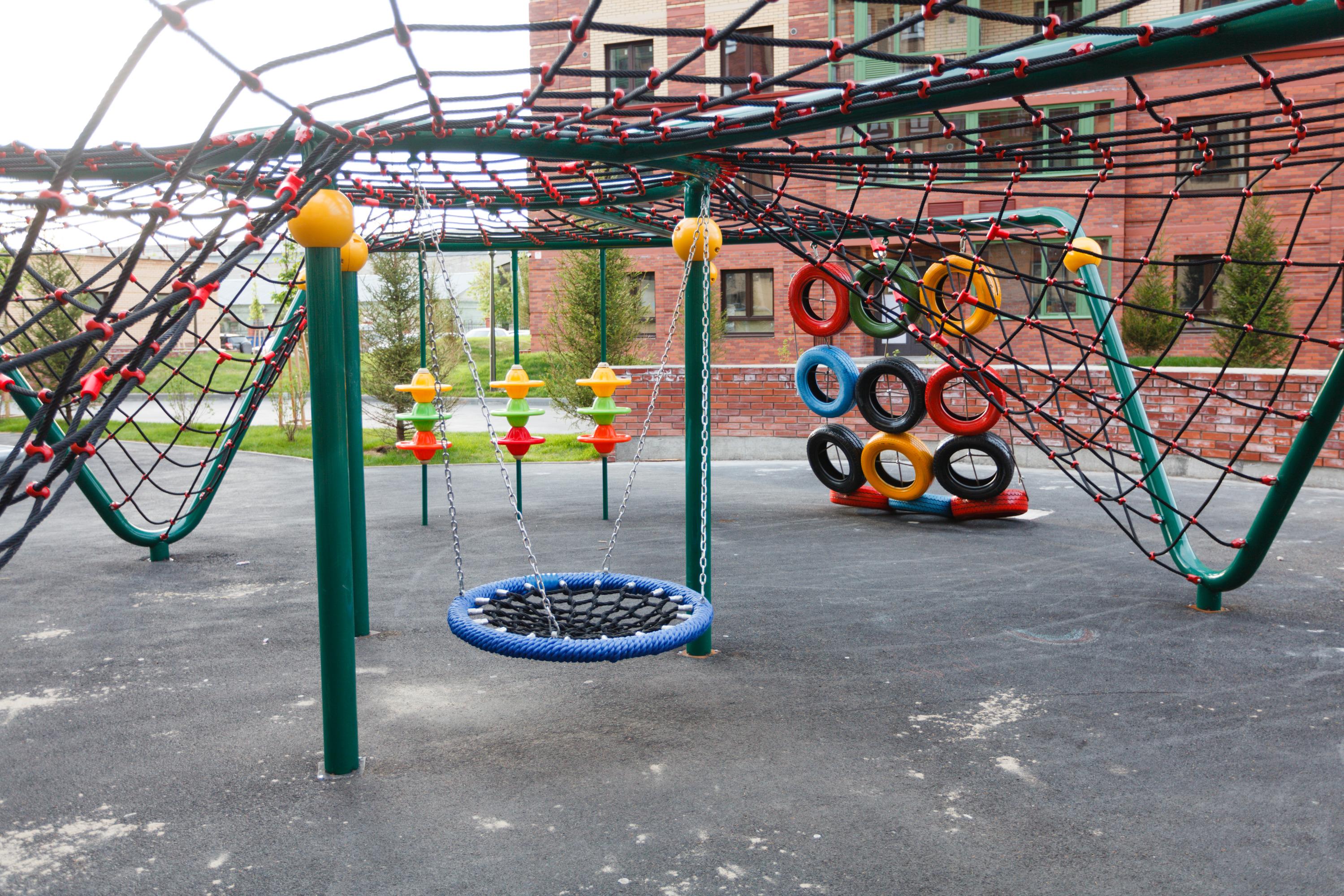 Яркие детские площадки привлекают больше детей, чем монохромные