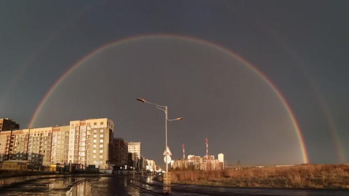 После разрушительных грозы и урагана в небе над Екатеринбургом взошла первая радуга