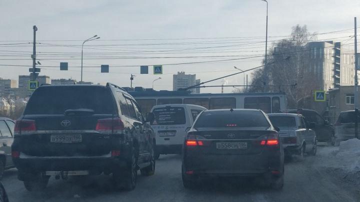 На Фурманова сломавшийся троллейбус перегородил дорогу