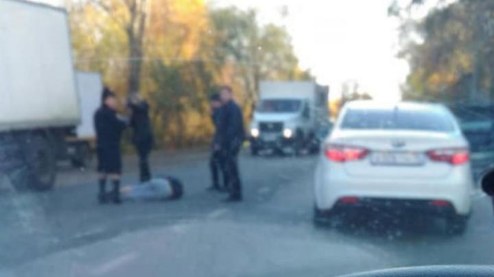 Лежал посреди дороги и не двигался: в Ярославле сбили пешехода
