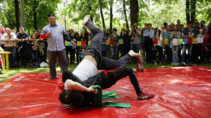 Сабантуй в Центральном парке: участники устроили бои на поясах