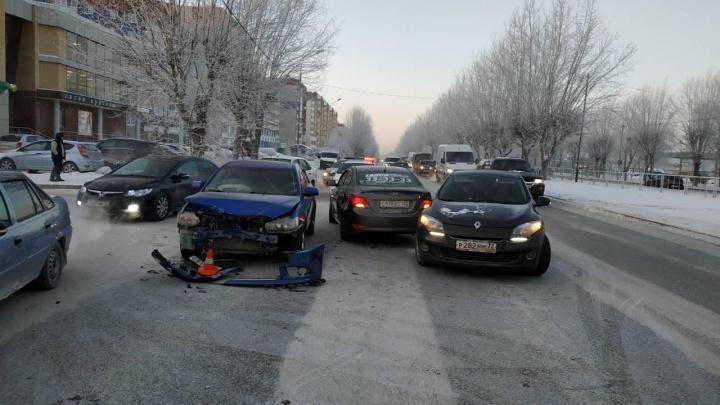 В массовой аварии на 50 лет Октября пострадали водитель иномарки и две женщины
