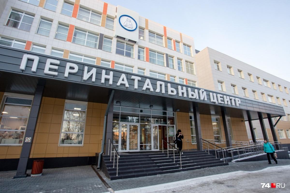 Жительница Катав-Ивановского района Анастасия Загородская обвинила врачей местной больницы в ошибке, повлекшей за собой смерть её недоношенной новорожденной дочери. Женщина убеждена, что её дочь, родившуюся на сроке 31 неделя с весом 1560 г. можно было спасти. Однако акушер-гинеколог Альфия Хайрутдинова придерживается иного мнения: она считает, что в трагедии виноват дефицит врачей, географические особенности населенного пункта, да и поведение самой матери нельзя было назвать идеальным. Об этом рассказывает портал 74.ru 5 августа «Везли в пелёнке и не успели»