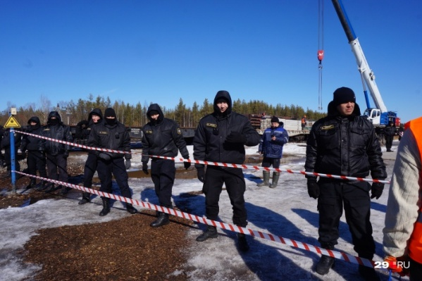 Эта фотография сделана в начале апреля. чоповцы, охраняющие стройку, с журналистами тогда предпочли не общаться