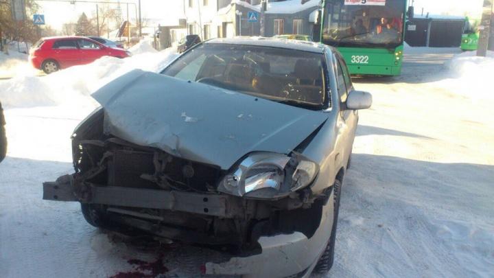 Не поделили дорогу: Toyota влетела в троллейбус с пассажирами на улице Кирова
