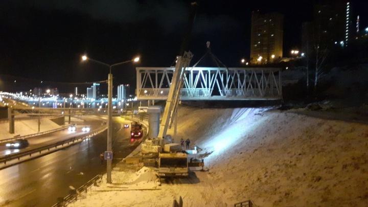 Установлен первый пролёт нового пешеходного моста через Николаевский проспект