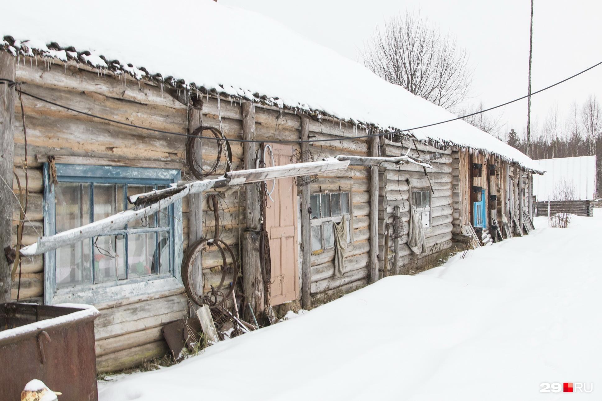 До сих пор в деревне сохранились бараки, где селились репрессированные