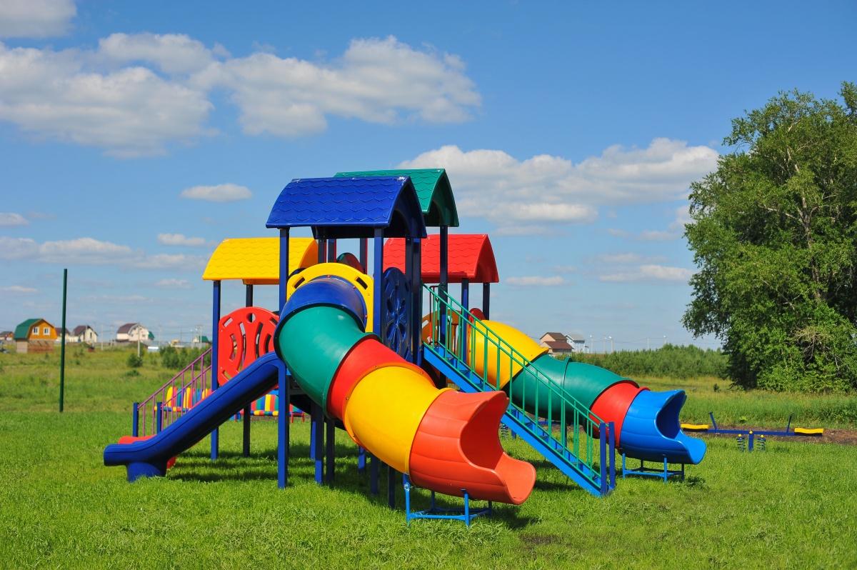 В поселке есть большая детская площадка