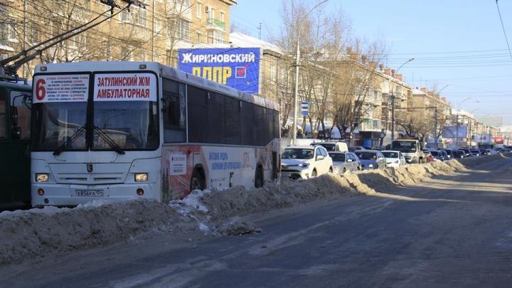 Площадь Маркса встала в ужасную пробку из-за сломавшегося троллейбуса