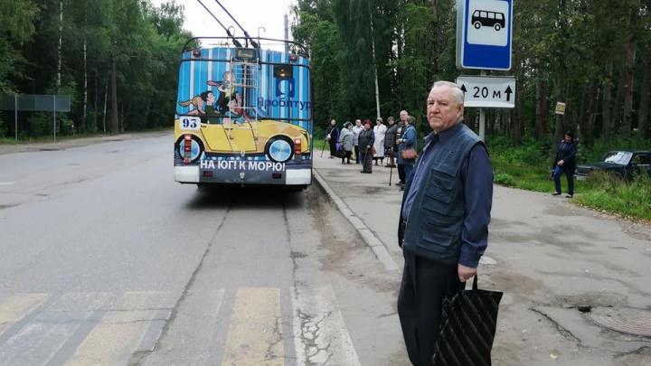 «Хоть бы лавки сердечникам поставили»: ярославцы требуют вернуть остановку у больницы в Брагино