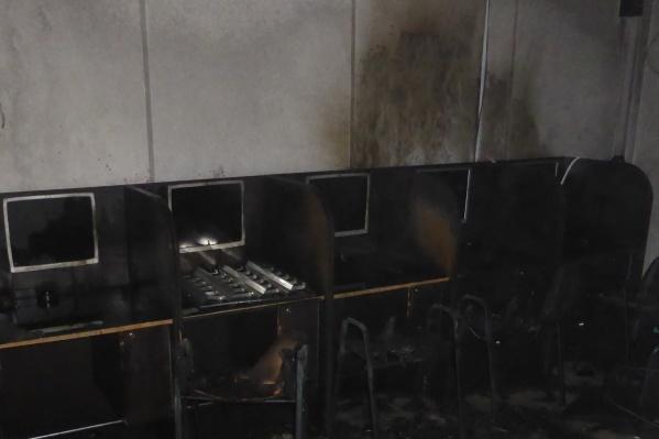Трое мужчин подожгли павильон с автоматами в здании на улице Гурьевской